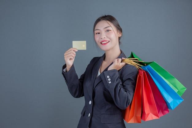 Офисная леди с сумкой для покупок