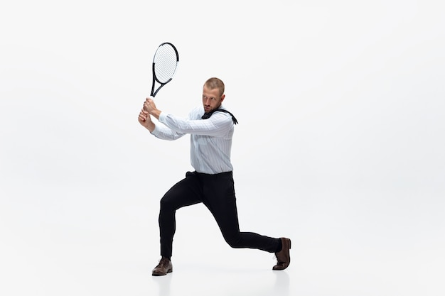 オフィスの男は白いスタジオの背景、スポーツマンでテニスをします Premium写真