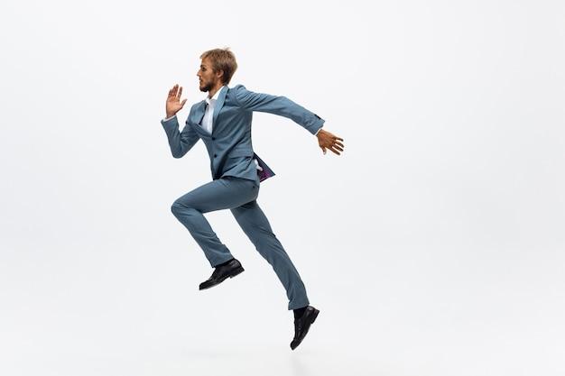 実行中のオフィスの人、白い背景でジョギング