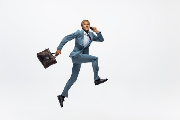 Офисный человек работает, бег на белом фоне
