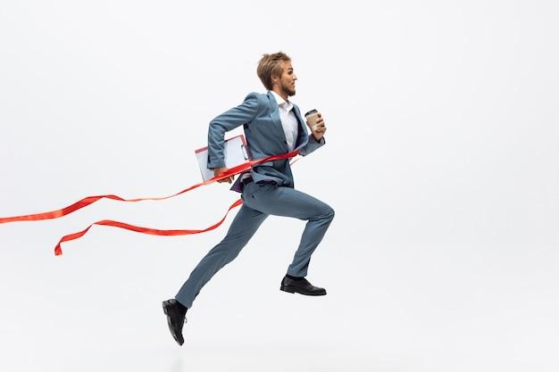 走っているオフィスの人、白でジョギング