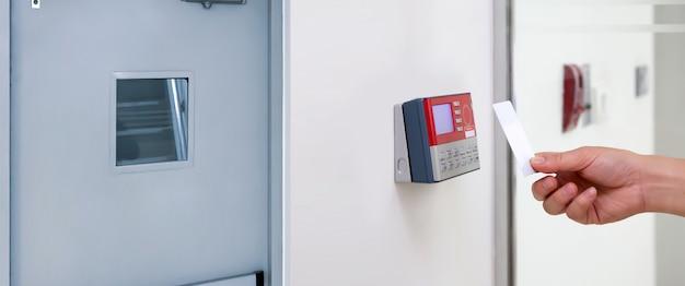 Офисный человек, использующий удостоверение личности для сканирования на контроле доступа.