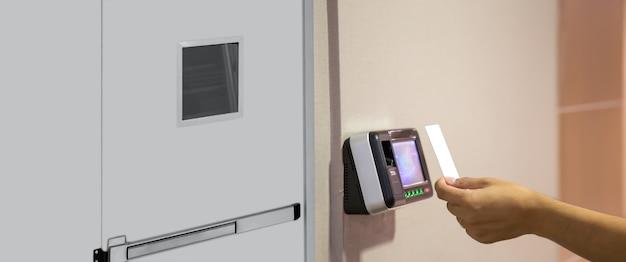 출입 통제에서 스캔하기 위해 id 카드를 사용하는 사무실 남자.