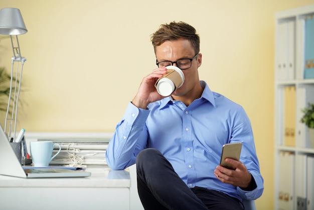 모닝 커피를 마시는 사무실 관리자