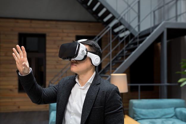 가상 현실 vr 안경을 착용하고 현대 사무실에서 온라인 이미지를 스크롤하는 공식 의류 사무실 관리자 증강 현실 개념 사람과 기술