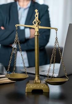 저울, 노트북 및 직장에서 문서와 변호사 사무실.