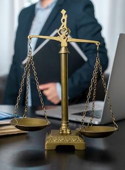 職場にうろこ、ラップトップ、ドキュメントを備えた弁護士事務所。