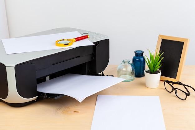 사무실 프린터는 나무 테이블에 가까이