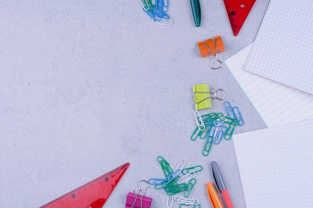 Strumenti per ufficio o scuola con carta e matite