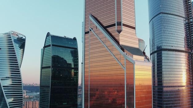 Офисные небоскребы в московском бизнес-центре на закате с высоты птичьего полета