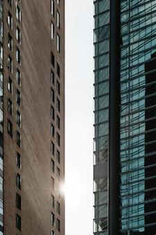 ガラスのファサードを持つオフィスの高層ビル