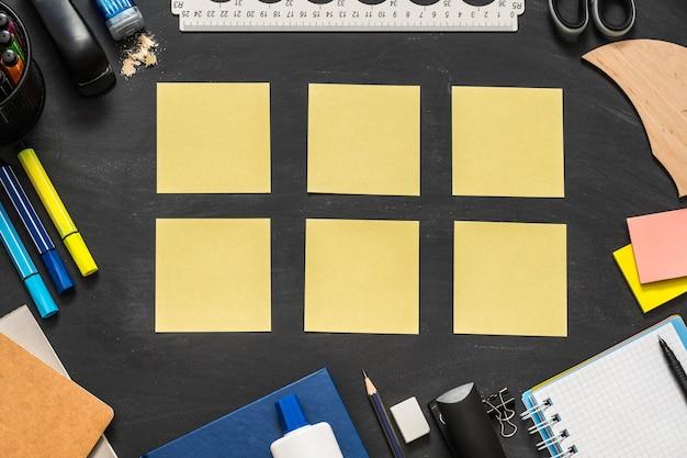 黒板の表面に散らばる事務用品
