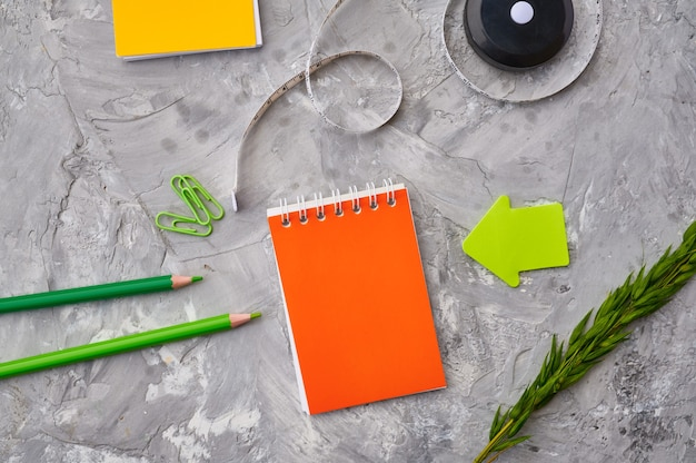 オフィスの文房具は、クローズアップ、大理石の背景を供給します。学校または教育用アクセサリー、筆記および描画ツール、鉛筆とゴム、定規とペーパークリップ
