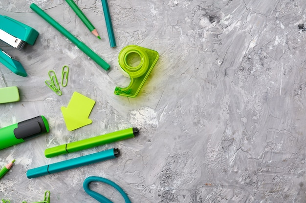 緑の色調、大理石の背景のオフィス文房具。学校または教育用アクセサリー、筆記および描画ツール、鉛筆とゴム、定規とペーパークリップ