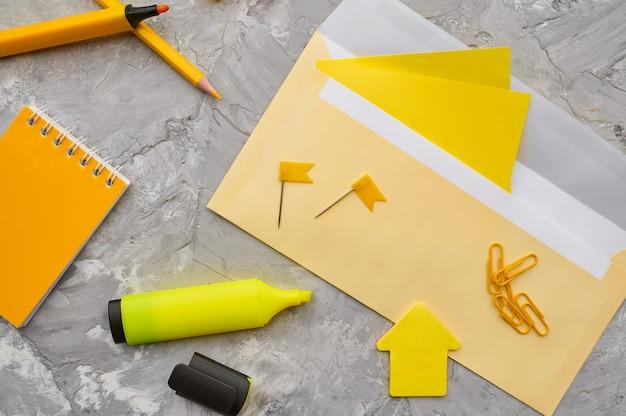 黄色の色調、大理石の背景のオフィス文房具。学校または教育用アクセサリー、筆記および描画ツール、鉛筆とゴム、定規とペーパークリップ