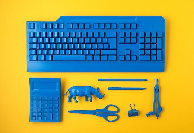 クラシックな青色で塗装された事務用品