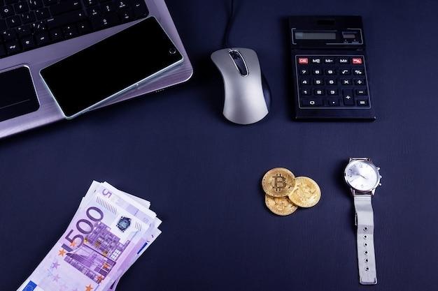 ワークスペース、上面に事務用品とビットコインコイン