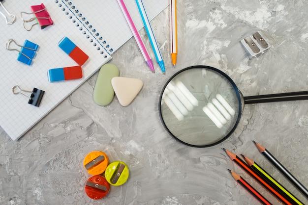 事務用品、文房具店のテーブルの拡大鏡