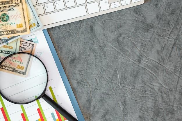 사무 용품, 돈, 문서, 회색 배경에 키보드. 레이블을위한 여유 공간.