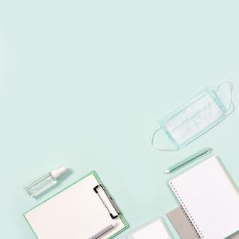 事務用品、ノート、ペン、感染から保護するためのマスク、手指消毒剤