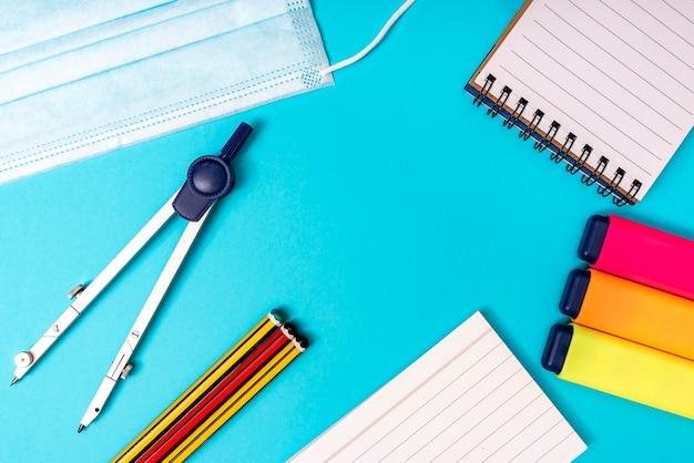 青い背景の事務用品、さまざまなオフィスオブジェクト