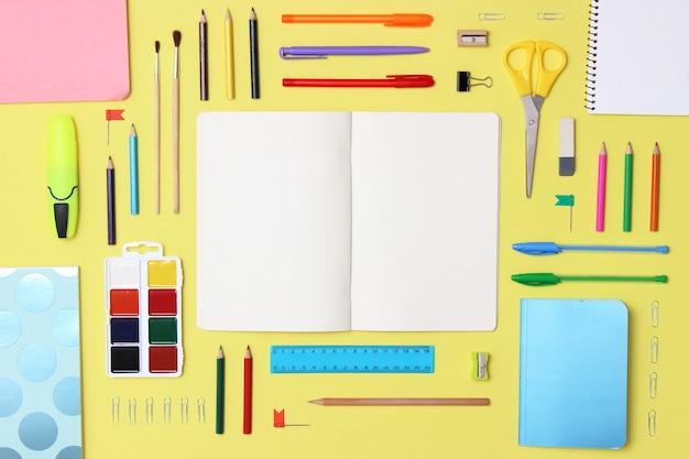 色付きの背景のクローズアップの事務用品。学校のコンセプトに戻ります。高品質の写真