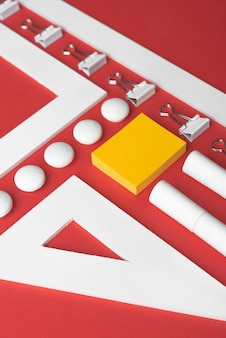 赤いテーブルの上の事務用品