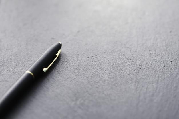 テーブルの上の事務用品。万年筆。石の表面にオフィスのビジネスペン。