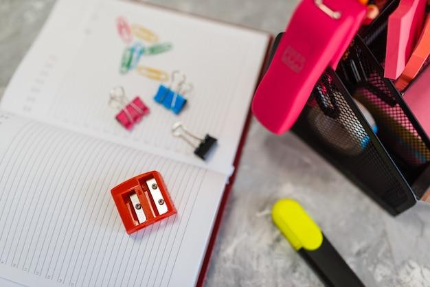 사무용품, 문구점 테이블 위의 연필깎이, 아무도. 상점의 구색, 그리기 및 쓰기 용 액세서리, 학교 장비