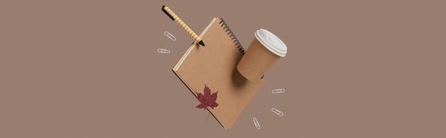 事務用品文房具はベージュの背景のビジネスクリエイティブなレイアウトで浮揚します