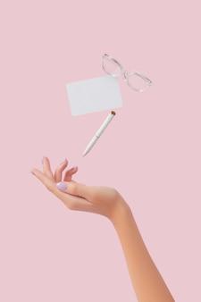 ピンクの背景のビジネスクリエイティブなレイアウトで浮揚する事務用品文房具