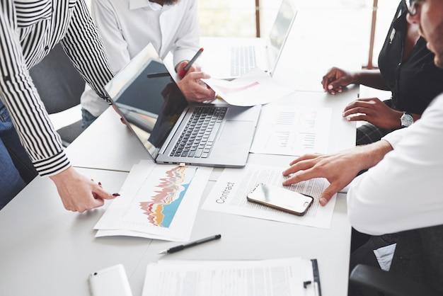 Офисный стол со всеми документами и устройствами для успешной работы