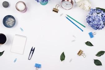 オフィステーブルデスク。白い背景に静止しています。フラットレイ。上面図。