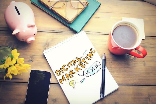 コーヒーカップ付きのオフィステーブル、メモ帳の計画