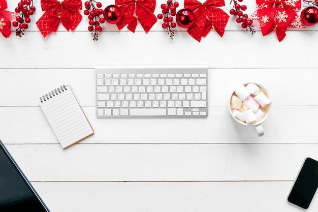 장치, 용품 및 크리스마스 장식 사무실 테이블. 위에서 본