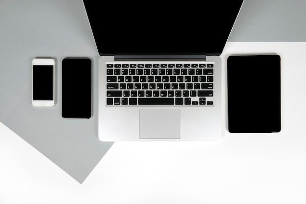 Офисный стол с ноутбуком, ноутбуком, цифровым планшетом и мобильным телефоном на двух тонах b