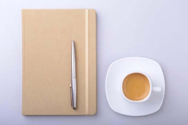 ノートブック、コンピューターのキーボード、一杯のコーヒー、タブレットpcのオフィスのテーブル。