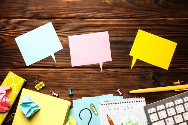 メモ帳、用品とオフィスのテーブル。