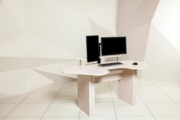 두 대의 모니터가 있는 사무실 테이블, 매니터 홀더를 위한 리프팅 메커니즘, 서서 작업할 수 있는 테이블 상판. 유니버설 오피스 테이블