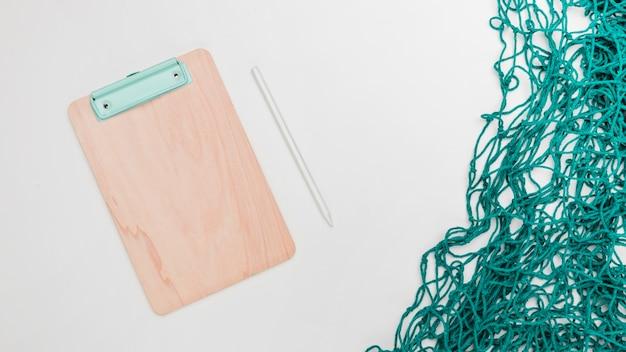 Officeツールと白い背景の上の漁網