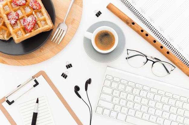 Офисные инструменты и вафли