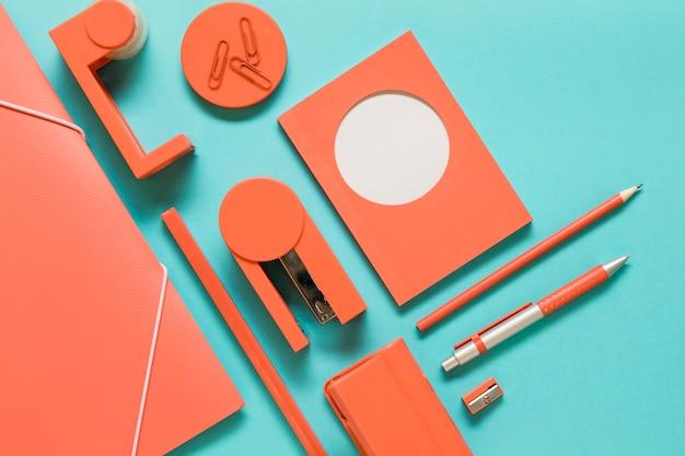 Офисные инструменты на цветной поверхности