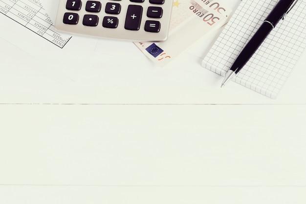 書類とお金の口座を持つオフィス