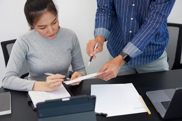 オフィスワークのコンセプトは、彼のビジネスパートナーにマーケティング戦略についてのアイデアを提供する賢いビジネスマンです。