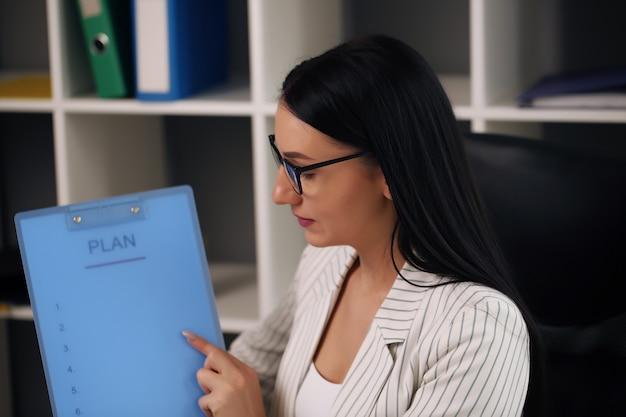 オフィスワーカーはデータを分析し、会計レポートを作成し、コワーキングのポジションを作成します。