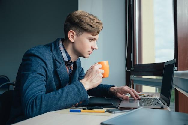 彼のコーヒーブレイクのサラリーマン。毎日の仕事のルーチン。快適なワークスペース。エネルギーのブースト