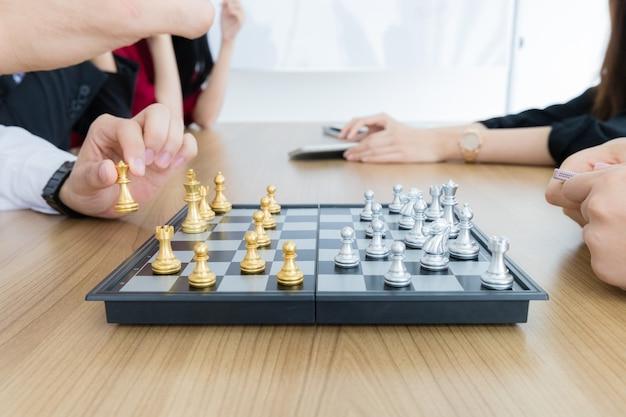 Офисный работник играет в шахматы на обеденном перерыве