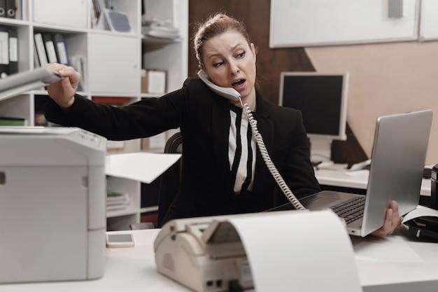 Офисный работник подчеркнул. переработанная концепция. злой яростный бизнесвумен.