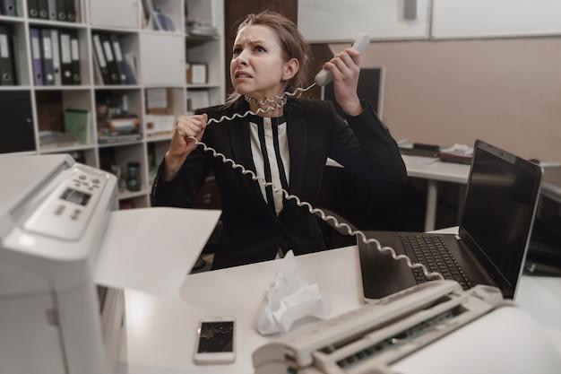 オフィス ワーカーは強調しました。働きすぎのコンセプト。怒っている猛烈な実業家。 Premium写真