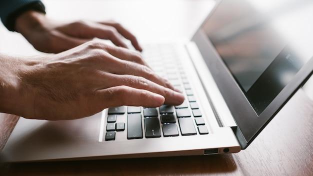 이메일을 통해 통신하는 노트북 기업가 작업을 하는 사무실 직장 남자